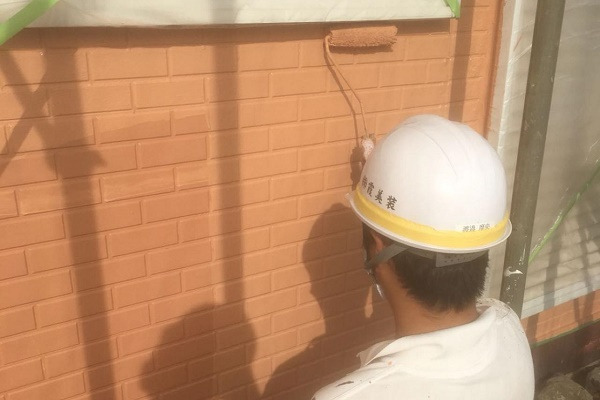 外壁 上塗り 施工中