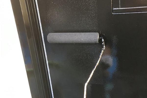 ドア 上塗り 施工中
