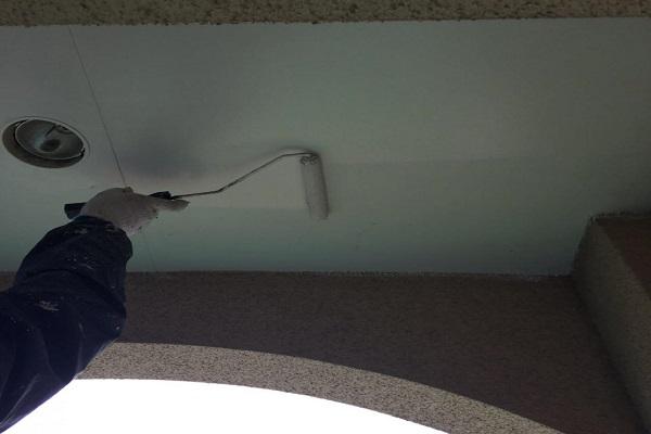軒天 1回目塗装 施工中