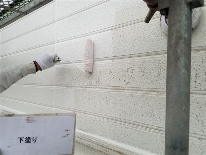 水で高圧洗浄したあと、左の写真のコーキングを取り除き、新しく打ち直して塗料を塗り重ねていきます。作業工程は下記をご覧下さい。