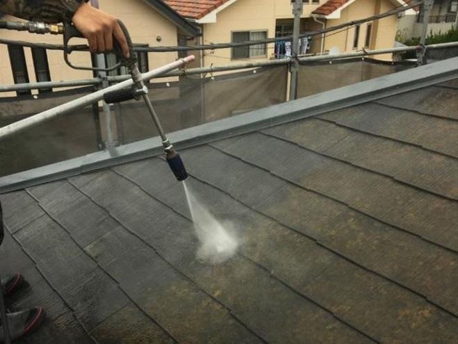 ③高圧洗浄して苔や汚れを洗い流します。