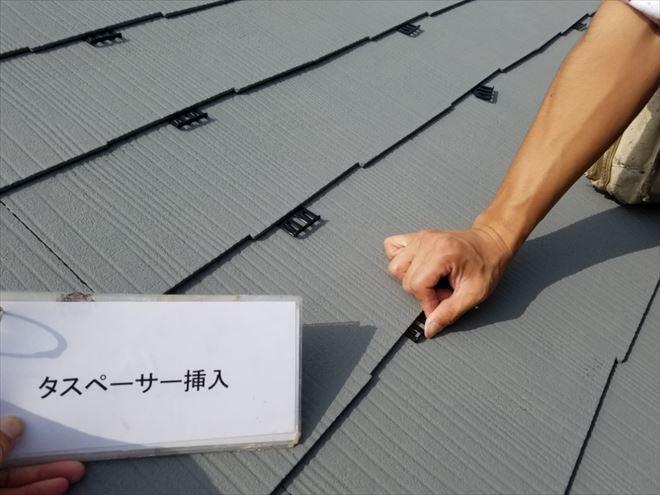 ⑩雨漏り対策の為タスペーサーを屋根板と屋根板の間に挟み込みます。